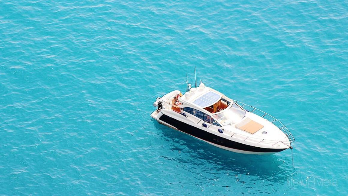 tender boat in the bay of st laurent life in riviera. Black Bedroom Furniture Sets. Home Design Ideas